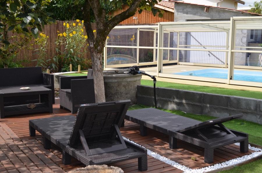 La piscine et le salon de jardin.